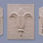 Giglio - bassorilievo in marmo Botticino, 30x40x5,5 - lavoro eseguito nel laboratorio di scultura della scuola Vantini, Rezzato BS